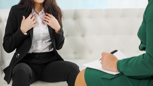 심리학자와 이야기하는 불안한 여자의 손. 불안, 우울 치료 세션