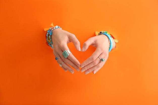 세련 된 보석류와 아름 다운 젊은 여자의 손