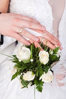 指輪とウェディングブーケと花嫁とグロムの手