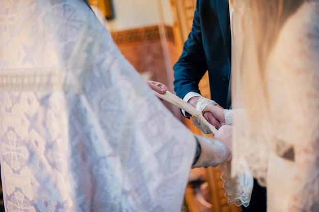 Руки жениха и невесты связали свадебные полотенца