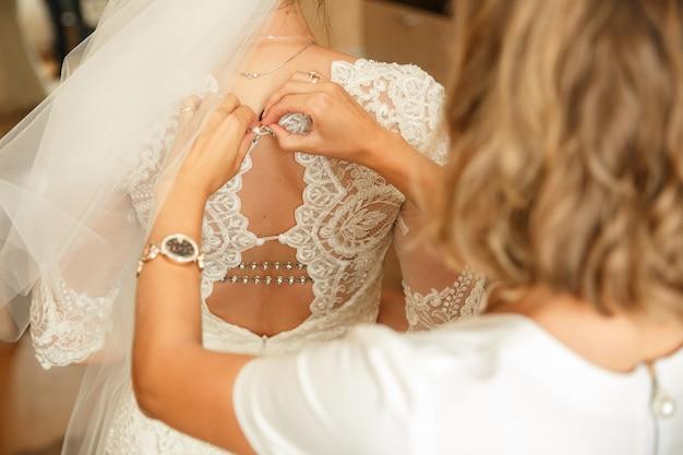 Руки подружки невесты на свадебное платье