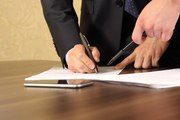 문서를 공부하는 비즈니스 남성과 여성의 손