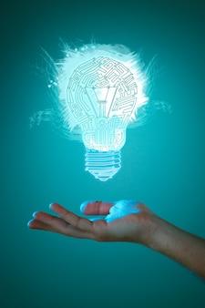 照らされた電球の看板を持っているビジネスパーソンの手。新しいアイデアの概念