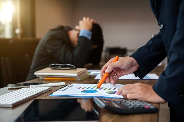 財務情報を指すビジネスの手。ビジネスの失敗。