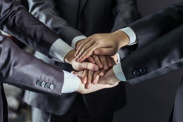 ビジネスチームの手、互いに積み重ねられました。