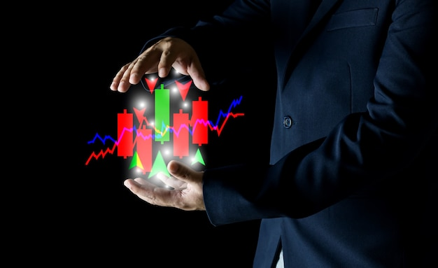 Руки бизнесмена с финансовым банковским фондовым рынком на подсвечнике на черном фоне