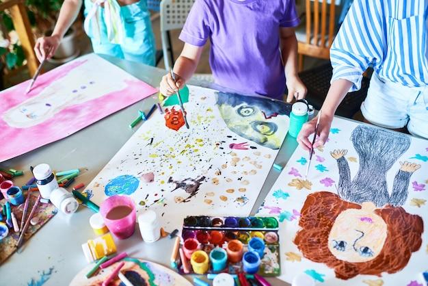 アートクラスで絵を描く子供の手