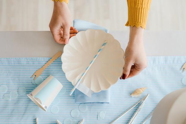 Руки декоратора. таблица сервировки женщины на день рождения или партия детского душа. закрыть