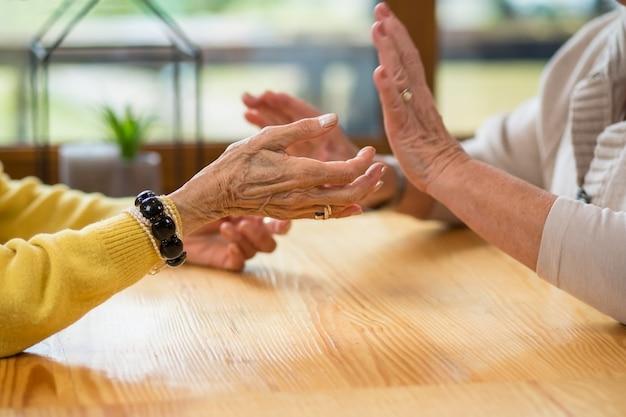 노인 여성의 손