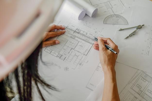 Руки инженера, работающего над проектом, концепция строительства. инженерные инструменты. эффект ретро-фильтра тона, мягкий фокус (селективный фокус)