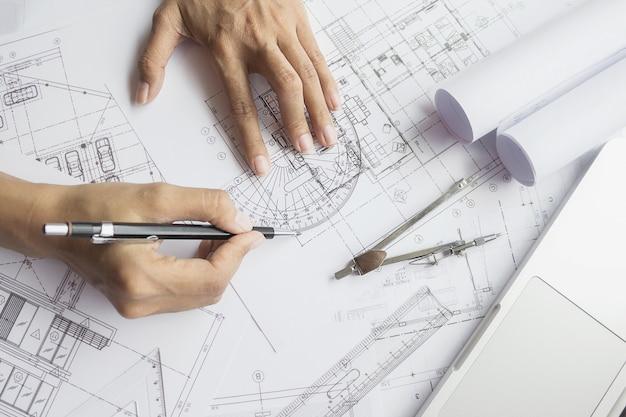 청사진, 건축 개념 작업 엔지니어의 손에. 엔지니어링 툴. 빈티지 톤 레트로 필터 효과, 소프트 포커스 (선택적 포커스)