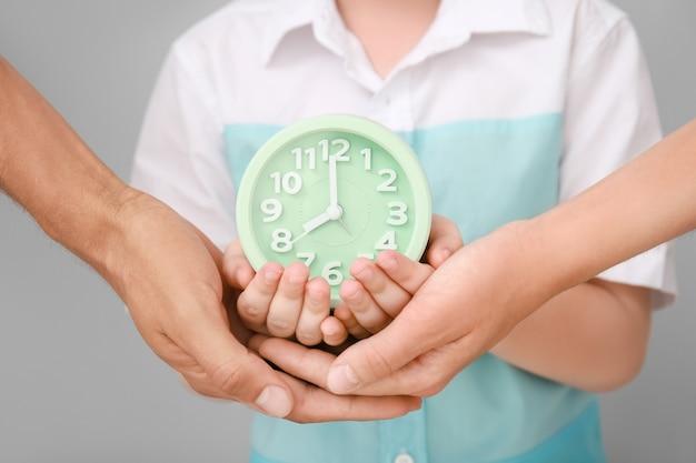 알람 시계, 근접 촬영으로 가족의 손
