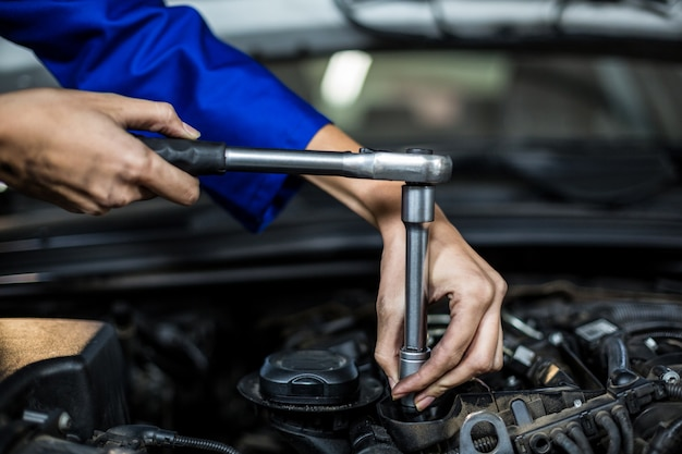 Руки женского механика по обслуживанию автомобиля