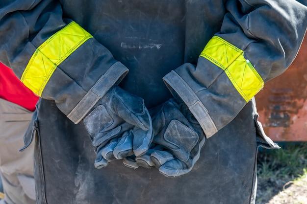 手に手袋をした消防士の手