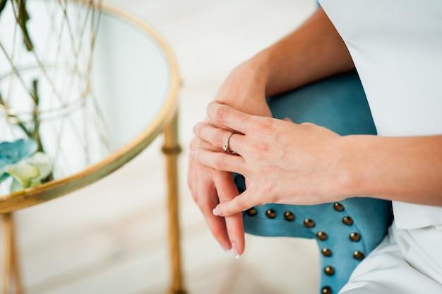 高級リングで幸せな花嫁の手