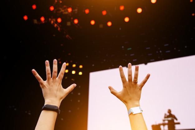 행복 한 사람들의 손에 무대 앞에서 재미 군중