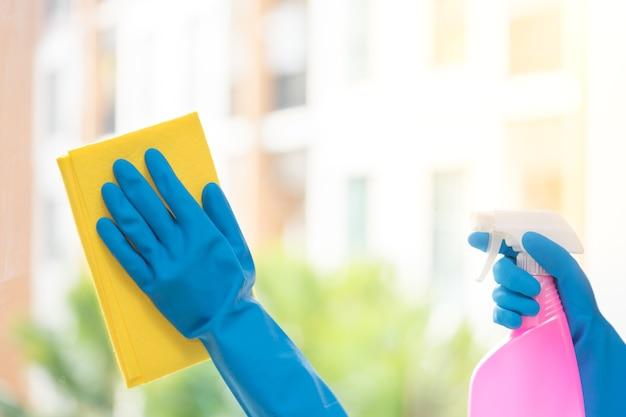 Руки зеркала для уборки экономки с желтой тканью