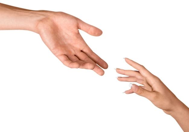 男性と女性の手が互いに手を伸ばす