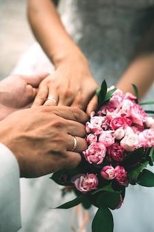 Руки мужчины и женщины с кольцами и