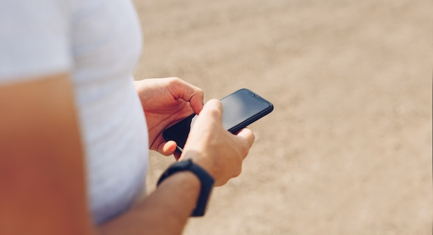 Руки человека касаясь дисплея телефона. образ жизни, путешествия, концепция технологии. копировать пространство