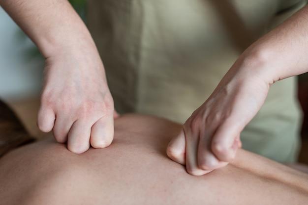 Руки массажиста крупным планом на спине пациентов здоровая спина здоровье