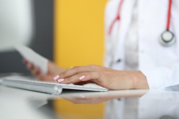 キーボードで入力する医療従事者の手