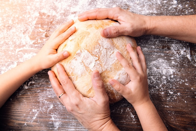 一斤のパンに母と娘の手