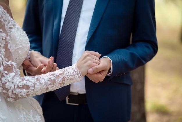 결혼 반지와 신혼의 손