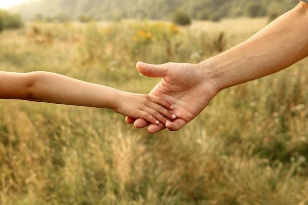 자연 속에서 부모와 자식의 손