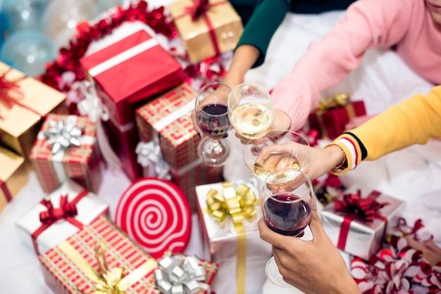와인 마시는 안경 집에서 새해 파티를 축하하는 사람들의 손에