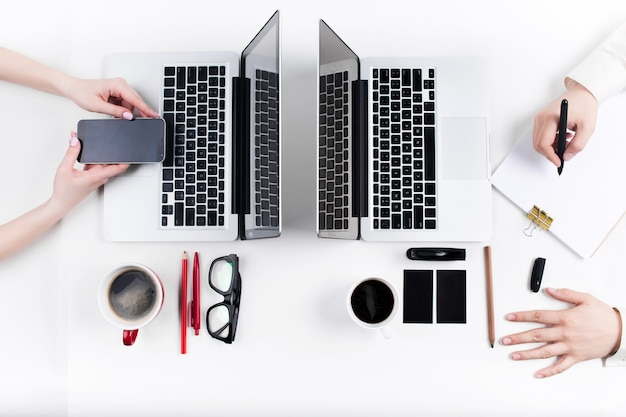 Руки людей, работающих в офисе. технология.