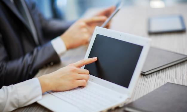 Руки людей, работающих с планшетным компьютером. технологии.