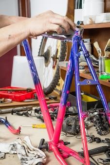 本物の自転車整備士サンディングフレームバイクの手