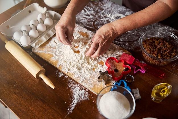生地の材料を混ぜる熟練した料理人の手