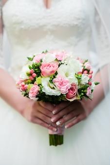 Руки невесты и букет невесты