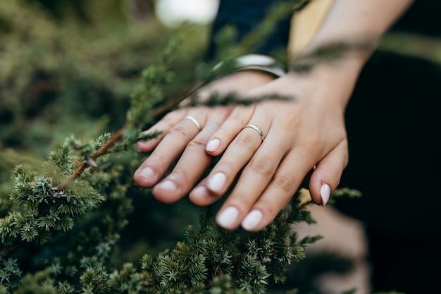 新しい結婚式のカップルの手