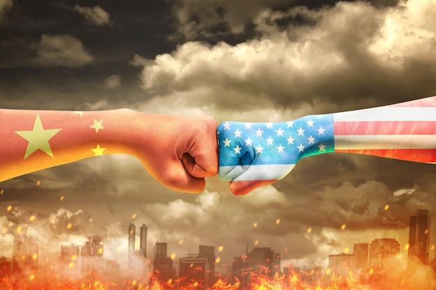 중국 피부와 미국의 피부를 가진 두 남자의 손에 주먹을 부딪