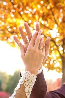恋に結婚式のカップルの手