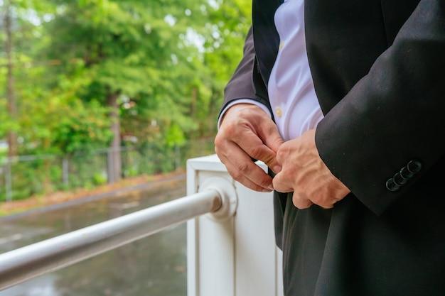 양복을 입고 준비하는 결혼식 신랑의 손 결혼식을 준비하는 손 신랑 신부