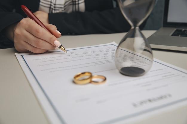 Руки жены, мужа подписывают указ о разводе, расторжении брака, расторжении брака, документы о разводе