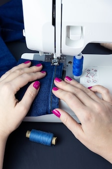 Руки на швейной машинке