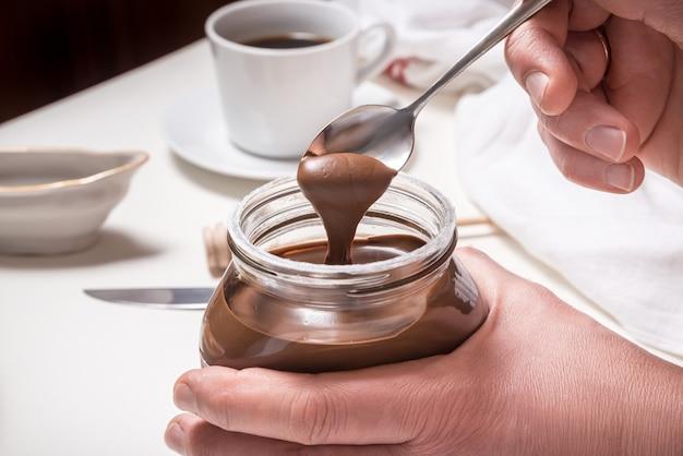 チョコレートバターのボトルを開く手