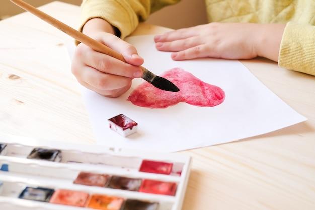 手はバレンタインデーの水彩画の心を描く