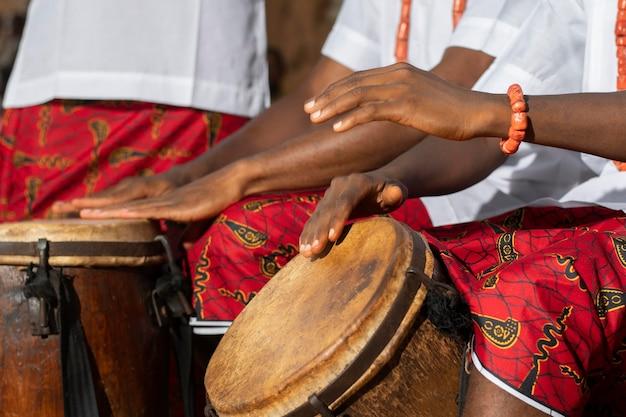 ドラムを演奏する手がクローズアップ