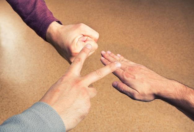 종이 바위 가위를 재생하는 손