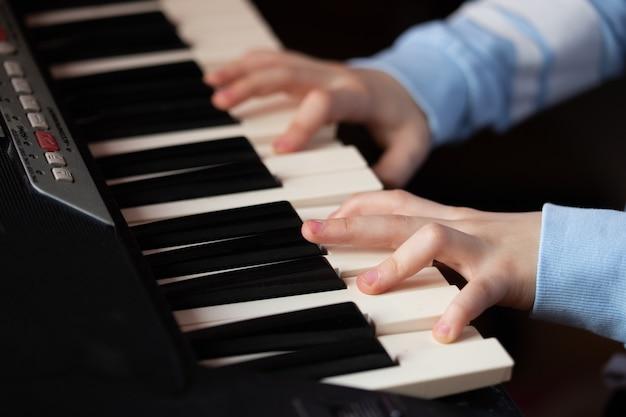Руки играют на пианино крупным планом