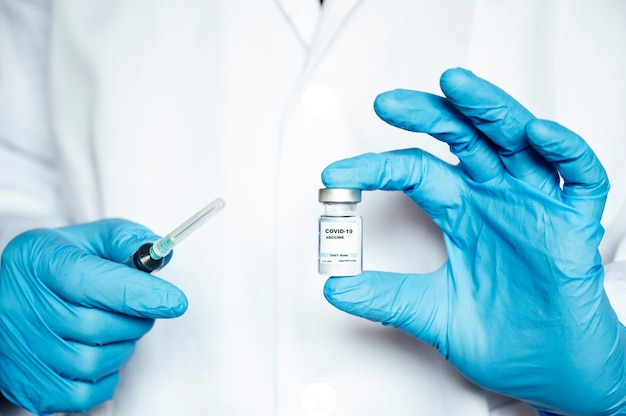 Руки готовят противовирусное лечение