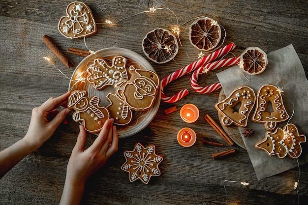 伝統的なクリスマスのジンジャーブレッドを準備する手