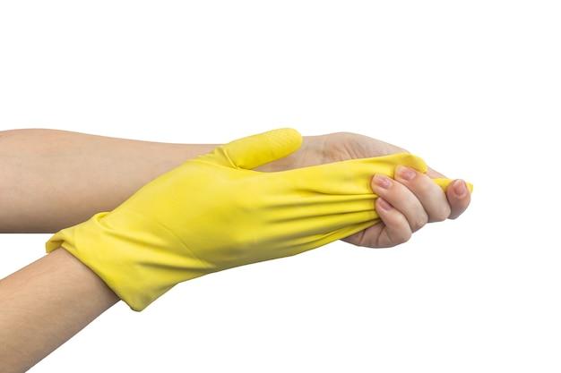 Руки вытаскивают желтую резиновую перчатку, концепция очистки, изолированные на белом фоне фото