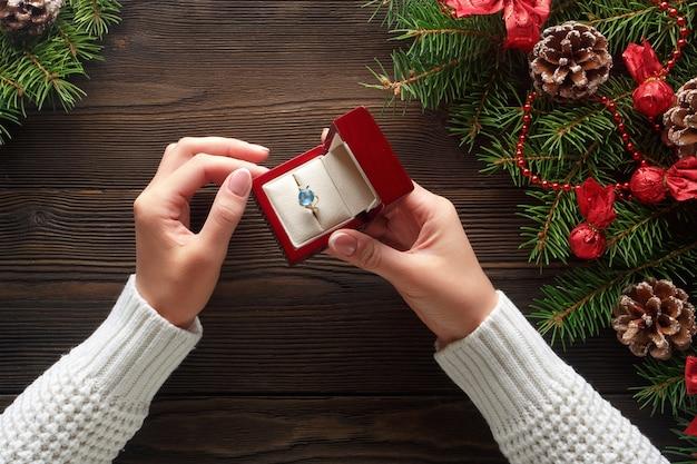 Руки наденет кольцо в красной коробке